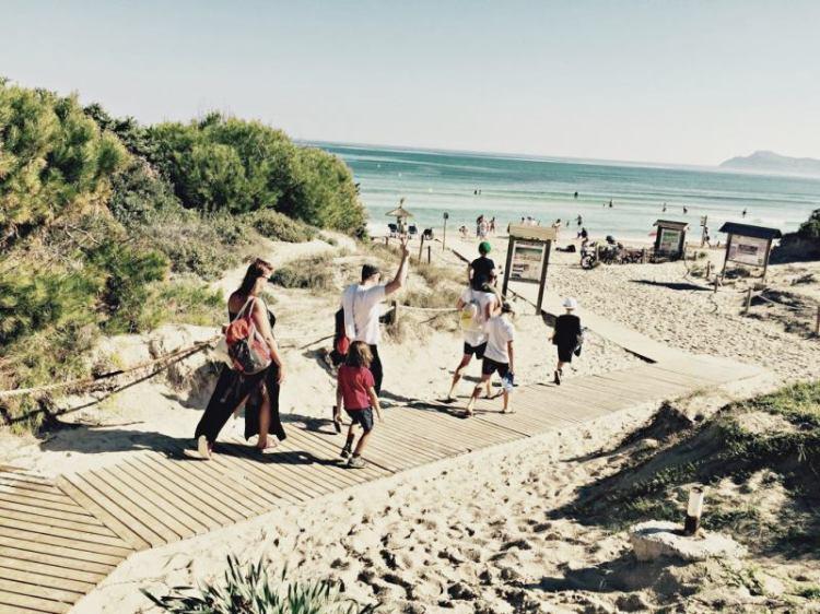 Kinder udn Eltern auf dem Weg zum Strand auf Mallorca