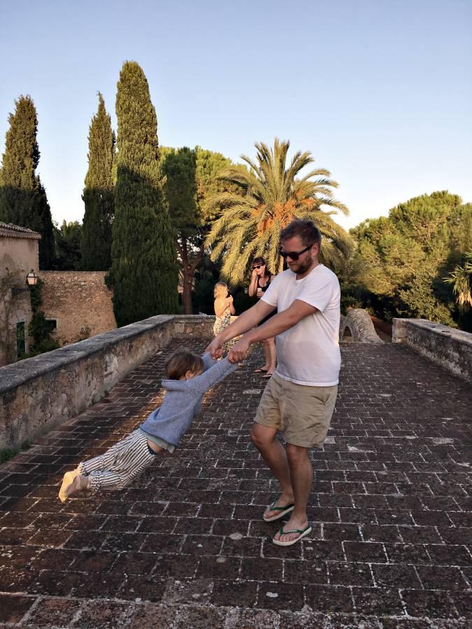 Papa udn Sohn spielen Flieger auf Mallorca