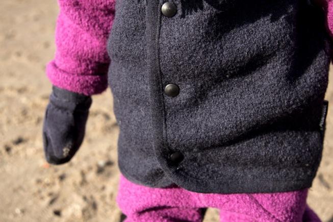Kind trägt Walk-Anzug von Manitober