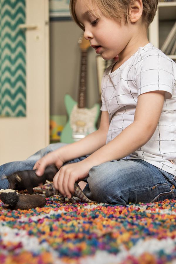 kind-spielt-schleich-tiere