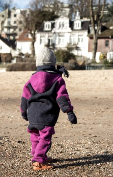 Junge trägt nachhaltige Kindermode von Manitober, Wollwalk-Anzug