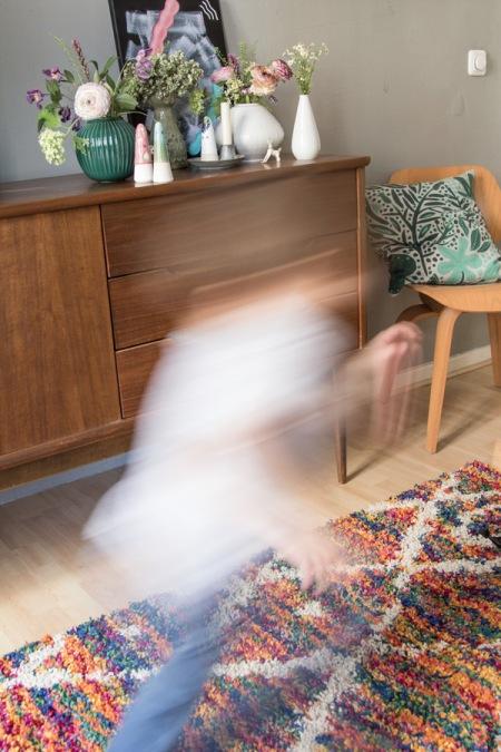 Kind läuft über Teppich von wayfair