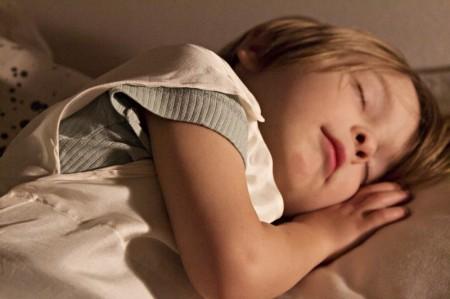 Kind schläft in Seidenschlafsack von kleine Nachtigall Berlin