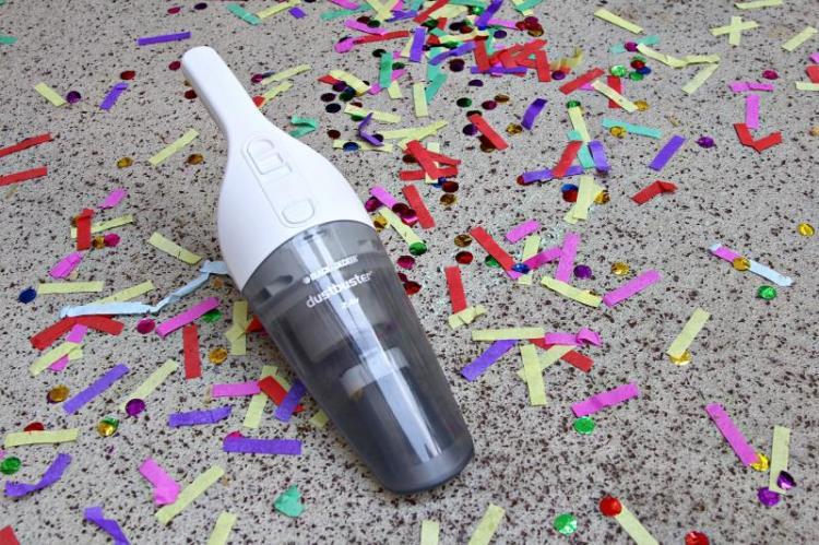 Handstaubsauger Dustbuster von Black&Decker saugt Konfetti