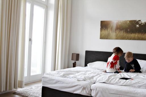 Kinder auf Bett im Dünenhaus in Binz auf Rügen