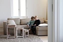 Kinder im Wohnzimmer im Dünenhaus auf Rügen