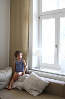 Kind im Wohnzimmer des Ferienappartments in Binz auf Rügen