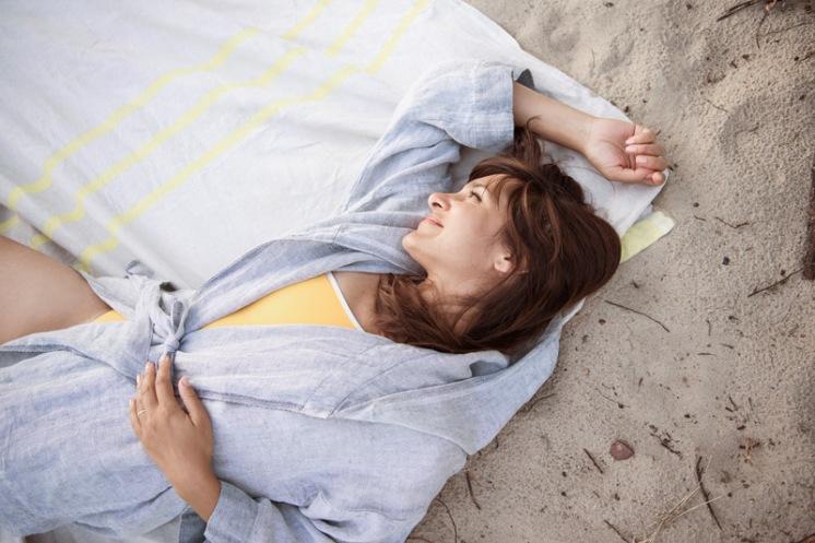 Frau am Strand. Leinentuch udn Bademantel von Kaisu Mari, Badeanzug One Shoulder von Mymarini