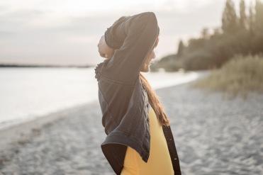 Frau mit Badeanzug von Mymarini und Jeans von Dawn Denim