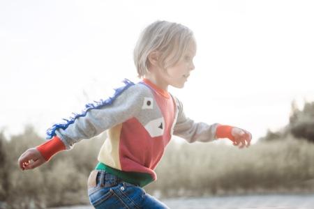 Kind trägt Pullover mit Fransen von Stella McCartney