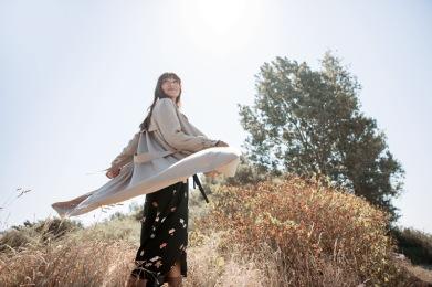 Frau im TRenchcoat und Wickelkleid von Aremed Angels zum Thema nachhaltige Mode