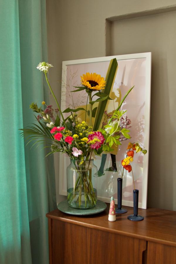 Blumenstrauss von Bloomon auf 50er Jahre Sideboard