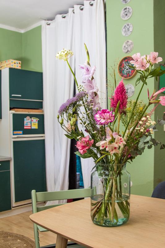 Blumenstrauss von Bloomon mit Rabatt-Code auf Küchentisch.