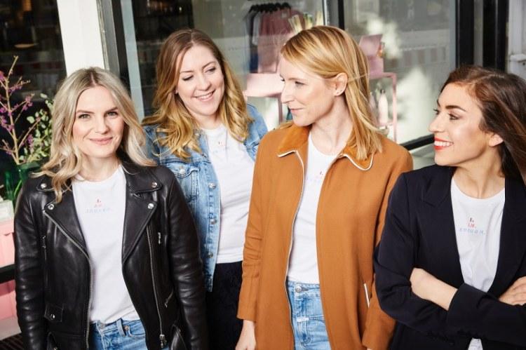 Gruppenfoto der Girls von den  femtastics und dem Concept Store hello love zum Launch des #iamenough Shirts