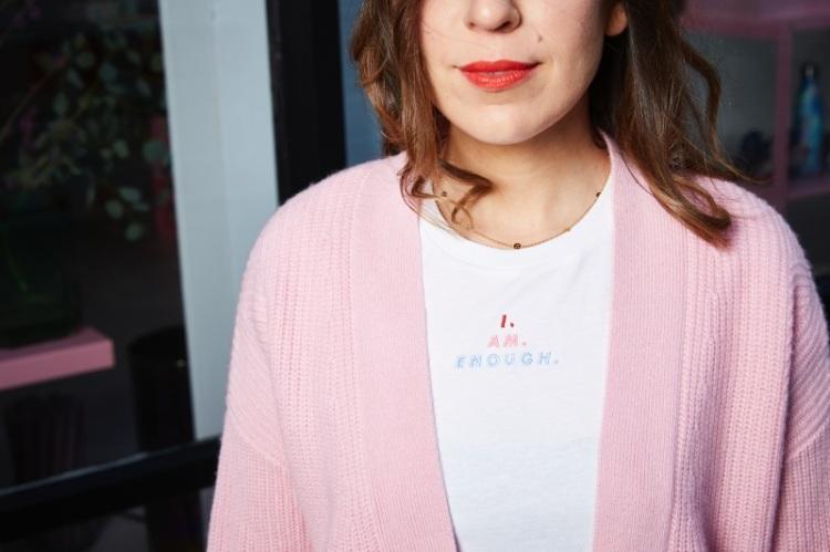 Die coolesten nachhaltigen Statement-Shirt für Frauen: Anni von Hello Love im Statement-Shirt für Frauen mit der Aufschrift #iamenough