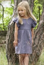 Mädchen trägt kleid mit Rüschenärmeln von Okker Gokker
