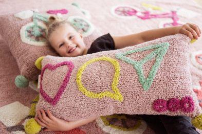 Mädchen mit Kissen von Minividuals Kids Living