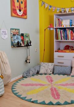 runder, waschbarer Kinderteppich mit Federmotiv von Minividuals Kids Living