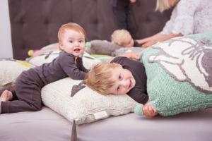 Kinder mit fair hergestellten Kissen von Minividuals Kids Living