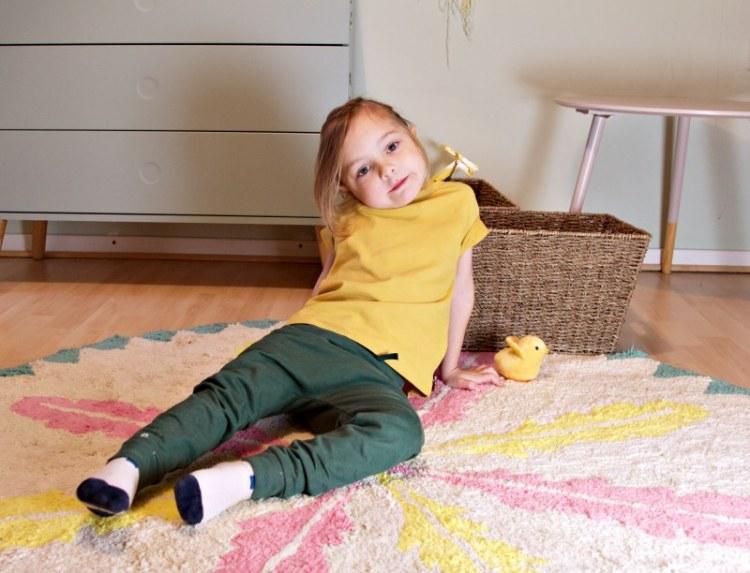 Kind in perfekten Basics von Or.Basics. GOTS-zertifizierte Bio-Baumwolle, Made in Portugal, designed in Berlin