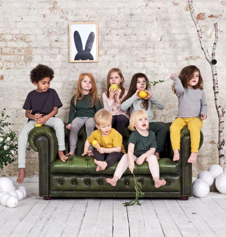 Kinder in perfekten Basics von Or.Basic. GOTS-zertifizierte Bio-Baumwolle, Made in Portugal, designed in Berlin