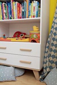 Kinderzimmer Makeover mit Wayfair: weißes Buecherregal mit Instrumenten