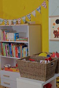 Kinderzimmer Makeover mit Wayfair: weißes Bücherregal und Körbe aus Sisal