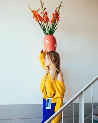 Frau mit Vase auf dem Kopf und Hnadkette von XOUXOU berlin