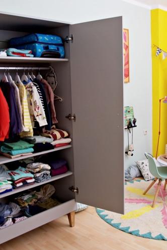 Kinderzimmer Makeover mit Wayfair: Inneneinrichtung von grauem Schrank von Meble Vox für Kinder