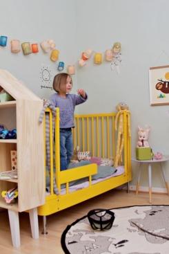 Kinderzimmer Makeover mit Wayfair: Kind steht auf Bett
