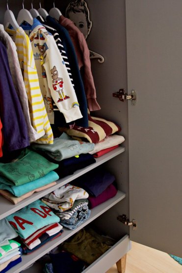 Kinderzimmer Makeover mit Wayfair: Inneneinrichtung von grauem Kleiderschrank mit Holzbeinen für Kinder von Meble Vox