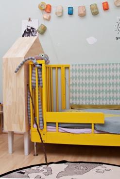 gelbes Bett von Brio und Holzregal in Form von haus von Wayfair
