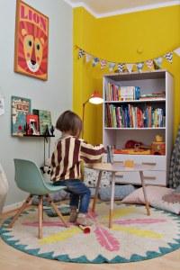 Kinderzimmer Makeover mit Wayfair: buntes Kinderzimmer mit weißem Bücherregal mit Schubladen