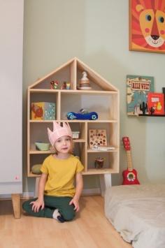 Kinderzimmer Makeover mit Wayfair: Kind sitzt vor Spielzeugregal aus Holz