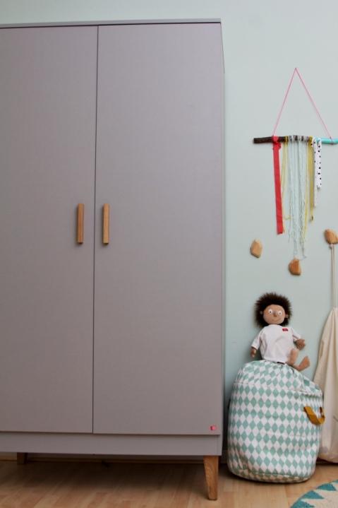 Kinderzimmer Makeover mit Wayfair: graue Kleiderschrank mit Holzbeinen für Kinder von Meble Vox