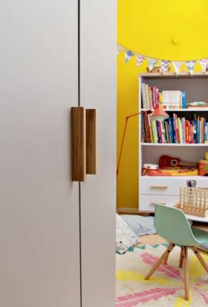 Kinderzimmer Makeover mit Wayfair: graue Kleiderschrank, im Hintergrund bunte Einrichtung