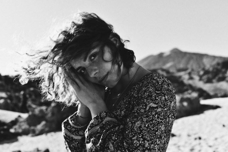 Sängerin Phela, schwarz-weiß-Portrait